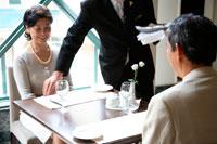 レストランサービスを受けるミドルカップル