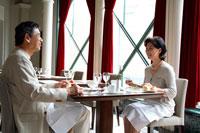 レストランで食事するミドルカップル 22600005125| 写真素材・ストックフォト・画像・イラスト素材|アマナイメージズ