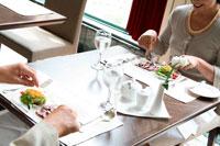 レストランで食事するミドルカップル