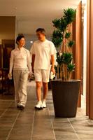 ジム内を歩くミドルカップル