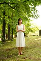 新緑の中で双葉を持った女性 22600005215| 写真素材・ストックフォト・画像・イラスト素材|アマナイメージズ