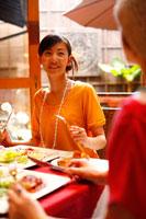カフェで食事をする20代女性