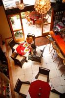 カフェで食事をする20代カップル 22600005226| 写真素材・ストックフォト・画像・イラスト素材|アマナイメージズ