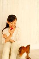 プラムを手に子犬とみつめあう20代女性 22600005274| 写真素材・ストックフォト・画像・イラスト素材|アマナイメージズ