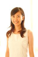 白い部屋での20代女性ポートレート 22600005287| 写真素材・ストックフォト・画像・イラスト素材|アマナイメージズ