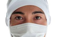 衛生帽子とマスクをした男性の目アップ