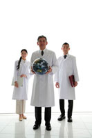 地球儀と白衣の男女3人 22600005472| 写真素材・ストックフォト・画像・イラスト素材|アマナイメージズ
