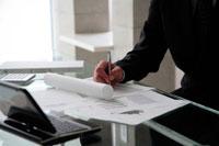 書類に書き込むビジネスマン