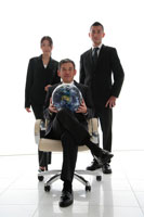 地球儀を持ったビジネスマン男女3人