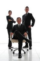 椅子を囲んだビジネスマン男女3人