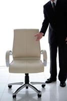 椅子をエスコートするビジネスマン
