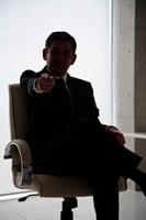 指を指すビジネスマンシルエット