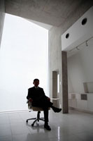 椅子に掛けるビジネスマンシルエット