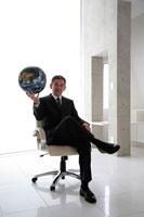 地球儀を持ったビジネスマン