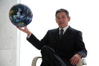 地球儀を持ったビジネスマン 22600005545| 写真素材・ストックフォト・画像・イラスト素材|アマナイメージズ