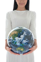 地球儀を持った女性 22600005564| 写真素材・ストックフォト・画像・イラスト素材|アマナイメージズ