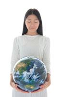 地球儀を持った女性 22600005566| 写真素材・ストックフォト・画像・イラスト素材|アマナイメージズ