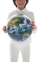 地球儀を持った女の子 22600005567| 写真素材・ストックフォト・画像・イラスト素材|アマナイメージズ