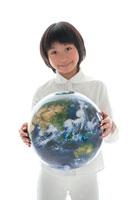 地球儀を持った女の子 22600005569| 写真素材・ストックフォト・画像・イラスト素材|アマナイメージズ