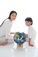 地球儀と母と娘