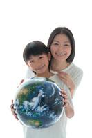 地球儀を持った母と娘 22600005576| 写真素材・ストックフォト・画像・イラスト素材|アマナイメージズ