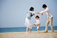 海岸で遊ぶ30代家族3人 22600005627| 写真素材・ストックフォト・画像・イラスト素材|アマナイメージズ