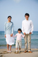 海岸の30代家族3人 ポートレート