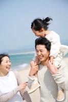 海岸で肩車をされている女の子と両親 22600005650| 写真素材・ストックフォト・画像・イラスト素材|アマナイメージズ