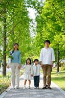 新緑の30代家族4人 ポートレート 22600005665| 写真素材・ストックフォト・画像・イラスト素材|アマナイメージズ