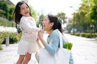住宅路で笑い合う母と女の子 22600005667B| 写真素材・ストックフォト・画像・イラスト素材|アマナイメージズ