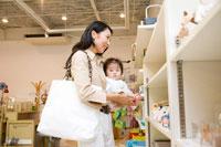 赤ちゃん連れで買物をする30代女性 22600005723| 写真素材・ストックフォト・画像・イラスト素材|アマナイメージズ