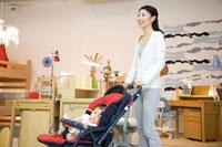 赤ちゃん連れで買物をする30代女性 22600005724| 写真素材・ストックフォト・画像・イラスト素材|アマナイメージズ