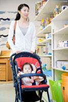赤ちゃん連れで買物をする30代女性 22600005725| 写真素材・ストックフォト・画像・イラスト素材|アマナイメージズ