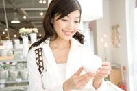 ショッピングを楽しむ30代女性