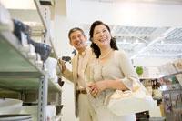 ショッピングを楽しむミドルカップル