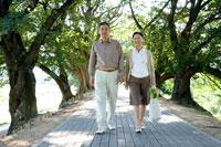 散歩道を歩くミドルカップル