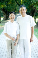 ジョギング姿で微笑むミドルカップル