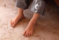 地べたに置いた裸足 22600005816| 写真素材・ストックフォト・画像・イラスト素材|アマナイメージズ