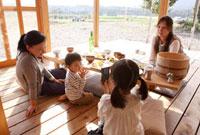 撮影を楽しむ2組の母親と子ども 22600005832| 写真素材・ストックフォト・画像・イラスト素材|アマナイメージズ