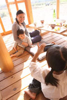 撮影を楽しむ母親と子ども