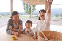おむすびを握る子供2人と母親