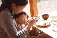 幼児に食事をさせる母親 22600005842| 写真素材・ストックフォト・画像・イラスト素材|アマナイメージズ