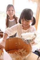 お櫃からご飯を盛る女の子 22600005846| 写真素材・ストックフォト・画像・イラスト素材|アマナイメージズ