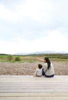 田園風景を望む後姿の母親と男の子 22600005852| 写真素材・ストックフォト・画像・イラスト素材|アマナイメージズ