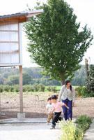 カントリーライフを送る母親と子供2人 22600005860| 写真素材・ストックフォト・画像・イラスト素材|アマナイメージズ