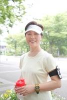 ジョギング姿のシニア女性