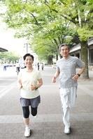 ジョギングするシニア夫婦