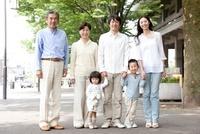 新緑の街で微笑む3世代家族 22600006045| 写真素材・ストックフォト・画像・イラスト素材|アマナイメージズ