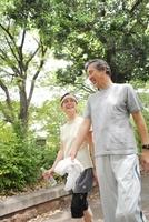 ジョギング姿で散歩するシニア夫婦