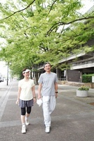 ジョギング姿で散歩するシニア夫婦 22600006051| 写真素材・ストックフォト・画像・イラスト素材|アマナイメージズ